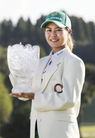 女子ゴルフ、松森が逆転で初優勝