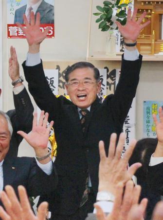 全村避難の飯舘村長に菅野氏6選