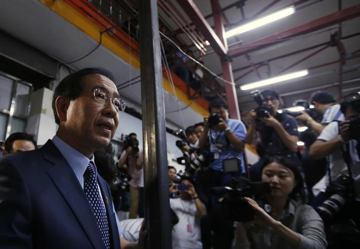 FILE PHOTO - Park Won-soon (L), candidate for the mayor of Seoul from main opposition party New Politics Alliance for Democracy, arrives at his campaign office to celebrate his victory in Seoul June 5, 2014. REUTERS/Kim Hong-Ji
