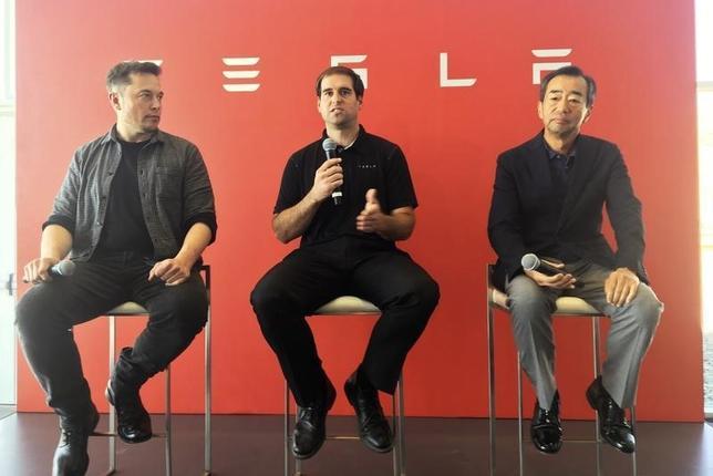 10月17日、米電気自動車メーカー、テスラ・モーターズは、太陽電池とモジュールの生産でパナソニックと提携すると発表した。写真左からテスラ社イーロン・マスクCEO、ジュ・ストラウベルCTO(最高技術責任者)、パナソニック社山田善彦常勤顧問。7月、米ネバダ州スパークス郊外にあるテスラ社ギガファクトリーでの共同会見で撮影(2016年 ロイター/Joseph White)