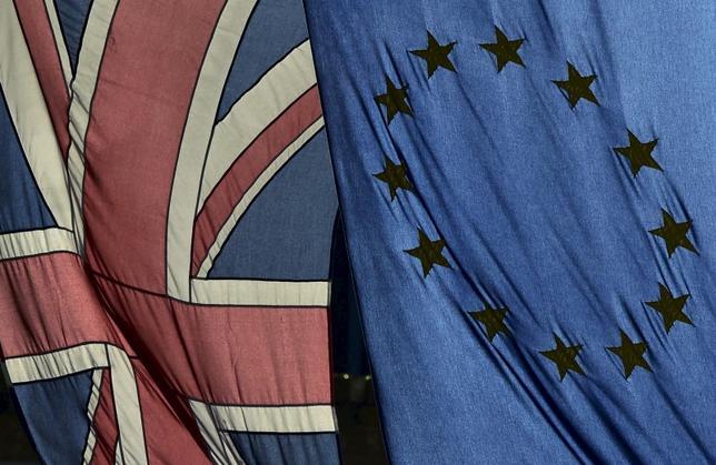 10月17日、英中銀のブロードベント副総裁は、BBCラジオのインタビューで、EU離脱めぐる国民投票後のポンドの下落は、英経済への打撃を吸収する重要な役割を果たしたと述べた。写真の旗はロンドンで2月撮影(2016年 ロイター/Toby Melville)