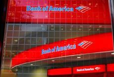 Bank of America Corp, el segundo mayor banco de Estados Unidos por activos, informó el lunes de su primer aumento de beneficios en tres trimestres, impulsadas por los buenos resultados de las intermediaciones de bonos. En lai magen, una sede de Bank of America en NuevaYork, el 8 de octubre de 2008.  REUTERS/Lucas Jackson/File Photo