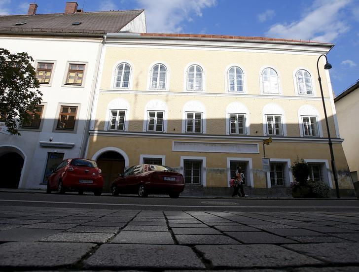 The house in which Adolf Hitler was born in Braunau am Inn, Austria, is seen in this September 24, 2012 file photo. REUTERS/Dominic Ebenbichler/Files