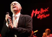 El cantante británico Phil Collins durante un show en Montreux. 1 de julio de 2010. El músico británico Phil Collins anunció que vuelve a los escenarios con su primer espectáculo en vivo en casi 10 años, diciendo que sus hijos le ayudaron a reducir su retiro. REUTERS/Denis Balibouse