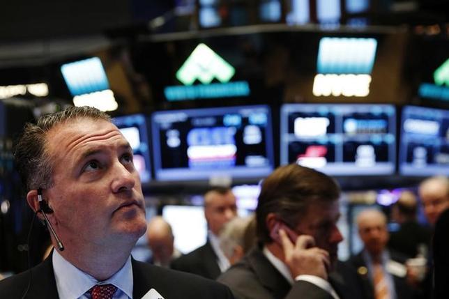 10月17日、米国株式市場は小幅安。原油の値下がりに伴いエネルギー株が軟調だった。写真はNY証券取引所のトレーダー(2016年 ロイター/Lucas Jackson)