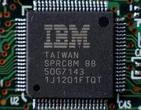 Foto de archivo de un chip de IBM. Abr 21, 2016.  International Business Machines Corp (IBM) reportó el lunes su menor baja trimestral de ganancias en más de cuatro años, gracias a que sus negocios de computación en nube y de herramientas de análisis siguieron creciendo. REUTERS/Gleb Garanich