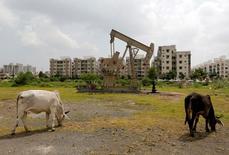 Станок-качалка на нефтяной скважине компании Oil and Natural Gas Corp (ONGC) в окрестностях индийского города Ахмедабад. 8 сентября 2016 года. Цены на нефть выросли во вторник, так как некоторые аналитики сказали, что перенасыщение рынка, возможно, не такое сильное, как многие полагали, и глобальные запасы увеличиваются меньше ожидаемого в преддверии характеризующегося высоким спросом зимнего отопительного сезона в северном полушарии. REUTERS/Amit Dave