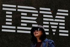 International Business Machines Corp (IBM) registró el lunes ingresos trimestrales mejores de lo esperado, gracias a que sus negocios de computación en nube y de herramientas de análisis siguieron creciendo. En la imagen, una mujer pasa por delante de las oficina de IBM en Nueva York, EEUU, el 17 de octubre de 2016.  REUTERS/Brendan McDermid