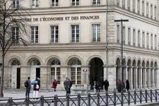 Le ministre de l'Economie et des Finances Michel Sapin n'exclut pas une hausse de la taxe sur les opérateurs téléphoniques pour limiter l'augmentation de la redevance télévisuelle. /Photo d'archives/REUTERS/Charles Platiau