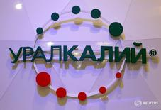 Логотип Уралкалия на Петербургском международном экономическом форуме 16 июня 2016 года. Доналоговая прибыль одного из крупнейших в мире производителей хлористого калия Уралкалия может упасть почти на 30 процентов по итогам 2016 года, который станет худшим для компании и других участников рынка за последние 10 лет. REUTERS/Sergei Karpukhin