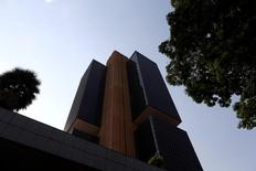 Sede del Banco Central de Brasil en Brasilia. 15 de septiembre de 2016. El Banco Central de Brasil recortó el miércoles la tasa de interés en 25 puntos básicos, la primera baja en cuatro años, en el inicio de un ciclo de alivio monetario para ayudar a una economía que pasa por la peor recesión de la que se tenga registro. REUTERS/Adriano Machado