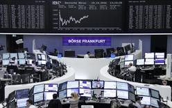 Las bolsas europeas abrieron el jueves a la baja debido a una serie de alertas sobre los resultados de varias empresas a lo largo de la región. En la imagen, operadores en la Bolsa de Fráncfort, el 19 de octubre de 2016. REUTERS/Staff/Remote