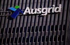 Логотип Ausgrid на штаб-квартире компании в Сиднее. 25 июля 2016 года. Австралийские пенсионные фонды купят крупнейшего оператора электросетей страны за $12,5 миллиарда в рамках сделки, которая, по словам источников, преимущественно состоит из долга и сумма которой значительно ниже, чем заблокированные из соображений национальной безопасности предложения Китая и Гонконга. REUTERS/David Gray