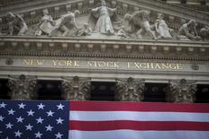 Wall Street a ouvert en légère baisse jeudi, plombée à la fois par la rechute des cours du pétrole après le pic de 15 mois atteint la veille par l'or noir et par certains résultats d'entreprise jugés décevants dont ceux de Verizon Communications et d'eBay. Vers 13h35 GMT, le Dow Jones perd 3,97 points, soit 0,02%. /Photo d'archives/REUTERS/Carlo Allegri