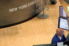 La Bourse de New York a fini en baisse de 0,23% jeudi, plombée par le compartiment des télécommunications après des résultats décevants de l'opérateur Verizon. L'indice Dow Jones cédant 41,50 points à 18.161,12. /Photo d'archives/REUTERS/Brendan McDermid