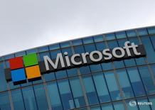 Microsoft Corp registró el jueves ingresos ajustados y beneficios que superaron las estimaciones de analistas, en tanto, las acciones del gigante tecnológico alcanzaron máximos históricos impulsadas por las crecientes ventas de su negocio en nube. En la imagen, el logotipo de Microsoft en Issy-les-Moulineaux, Francia, el 8 de agosto de 2016. REUTERS/Jacky Naegelen/File Photo