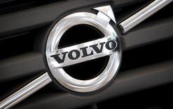 Volvo a annoncé vendredi une baisse attendue de son bénéfice opérationnel trimestriel et il projette une contraction du marché des poids lourds de part et d'autre de l'Atlantique Nord l'an prochain. /Photo prise le 24 août 2016/REUTERS/Bob Strong