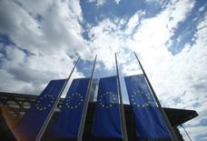 Banderas de la UE junto a la sede del BCE en Fráncfort, el 15 de julio de 2016. El Banco Central Europeo (BCE) no seguirá expandiendo su política monetaria este año ni el próximo, de acuerdo a una mayoría de operadores del mercado de dinero en euros encuestados el lunes por Reuters. La semana pasada, el BCE dejó sin cambios su política monetaria, pero sugirió que podría aplicar nuevos estímulos económicos en diciembre. REUTERS/Ralph Orlowski