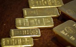 Слитки золота в хранилище Нацбанка Казахстана в Алма-Ате. 30 сентября 2016 года. Цены на золото растут в понедельник на фоне ослабления доллара и неопределенности по поводу сроков повышения ставки ФРС США. REUTERS/Mariya Gordeyeva
