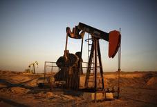 Un balancín de extracción de crudo operando en Bakersfield, EEUU, oct 14, 2014. Los inventarios comerciales de petróleo de Estados Unidos habrían subido su nivel la semana pasada tras una inesperada baja en la semana al 14 de octubre, mientras que los de productos refinados habrían descendido, mostró el lunes un sondeo de Reuters.  REUTERS/Lucy Nicholson