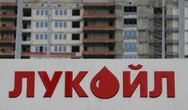 Логотип Лукойла на автозаправочной станции в Москве. Российская частная нефтяная компания Лукойл запустила Пякяхинское нефтегазоконденсатное месторождение на Ямале, на котором в 2017 году планирует добыть 1,5 миллиона тонн нефти и газового конденсата и 3 миллиарда кубометров газа, передал корреспондент Рейтер.  REUTERS/Maxim Shemetov