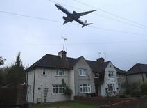Una comisión de ministros británicos presidida por la primera ministra Theresa May apoyó el martes la expansión del aeropuerto londinense de Heathrow, dijo una periodista de la BBC. En la imagen, un avión preparándos para aterrizar en el aeropuerto de Heathrow en el oeste de Londres, el 25 de octubre de 2016. REUTERS/Eddie Keogh