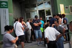 Navarra será la única de las 17 comunidades españolas cuya tasa de paro baje del 10 por ciento en 2017, mientras que en Extremadura la cifra superará el 27 por ciento, dijo el martes la Fundación de las Cajas de Ahorros (Funcas) en un informe que advirtió del desafío para el país de tal brecha territorial.  En la imagen, gente esperando en un centro de empleo en Málaga. REUTERS/Jon Nazca