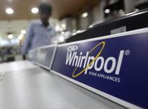 """Стиральная машина Whirlpool в магазине компании в Дели. Whirlpool Corp во вторник отчиталась о худшей, чем ожидалось, квартальной чистой прибыли, поскольку укрепление доллара США оказало негативное влияние на выручку, и понизила годовой прогноз прибыли, ссылаясь на период """"мягкого рынка"""" в США и Великобритании, а также ослабление британского фунта стерлингов. REUTERS/Anindito Mukherjee (INDIA - Tags: BUSINESS)"""