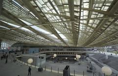 Le centre commercial Forum des Halles à Paris dont Unibail-Rodamco assure l'exploitation. La société a profité sur les neuf premiers mois de l'année de l'élargissement et de la rénovation de son parc de centres commerciaux en Europe pour dégager des revenus en hausse de 5%. /Photo d'archives/REUTERS/Philippe Wojazer