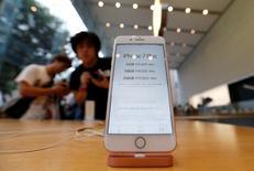 Apple à suivre mercredi à Wall Street. La compagnie a fait état mardi d'une baisse des ventes de ses iPhone pour le troisième trimestre de suite même si les livraisons de son produit phare ont été meilleures que prévu et que le géant électronique américain a dit tabler pour le premier trimestre 2016-2017, qui comprend la cruciale période des fêtes, sur un chiffre d'affaires supérieur aux attentes. Dans des échanges d'avant-Bourse, le titre Apple était en recul de près de 3%. /Photo prise le 16 septembre 2016/REUTERS/Issei Kato