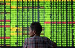 Un inversor mira una pantalla con información bursátil, en una correduría en Hangzhou, China. 12 de septiembre de 2016. Las acciones chinas anotaron el miércoles su mayor caída en una semana, lastradas en parte por las preocupaciones sobre la liquidez y luego de que una corrección en los valores ligados a las materias primas contrarrestó la fortaleza en los sectores de salud y consumo. China Daily/via REUTERS