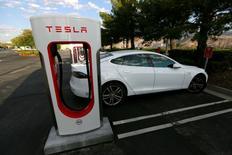 Tesla Motors a annoncé mercredi son premier bénéfice net trimestriel depuis plus de trois ans. /Photo prise le 18 mai 2016/REUTERS/Sam Mircovich