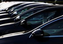 Автомобили в шоу-руме Volvo в Лондоне 4 октября 2013 года. Автопроизводитель Volvo Car Group, принадлежащий Geely, в четверг сообщил о 62-процентном росте прибыли в третьем квартале благодаря сильному спросу на новые дорогие модели, способствовавшему повышению продаж и рентабельности, а также улучшила годовой прогноз прибыли. REUTERS/Luke MacGregor/File photo