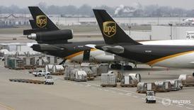 Самолеты United Parcel Service в Луисвилле, Кентукки 21 декабря 2009 года. Компания United Parcel Service Inc, специализирующаяся на экспресс-доставке и логистике, в четверг отчиталась об увеличении квартальной чистой прибыли, оправдав ожидания аналитиков, и подтвердила прогноз годовой прибыли, предупредив, однако, что корректировка пенсионных начислений в конце года может сказаться на финансовых результатах. REUTERS/John Sommers II/Files