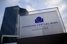 La sede del Banco Central Europeo en Fráncfort , dic 3, 2015. La eficacia de la política monetaria ultraexpansiva del Banco Central Europeo (BCE) podría disminuir con el tiempo y algunas tendencias en la actividad crediticia de los bancos necesitan observarse con más cuidado, dijo el jueves el miembro del consejo del BCE Yves Mersch.    REUTERS/Ralph Orlowski  - RTX1X0XW