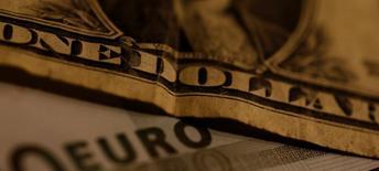 Банкноты доллара США и евро. 19 октября 2016 года. Доллар торгуется вблизи трёхмесячного максимума к иене в пятницу, взяв курс на месячный рост к основным валютам, в то время как инвесторы ожидают выхода данных о росте ВВП США за третий квартал. REUTERS/Leonhard Foeger