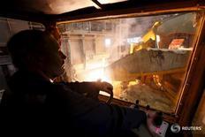 Рабочий на заводе Русала в Саяногорске 3 сентября 2015 года. Деловая активность в производственном секторе экономики РФ ускорилась в октябре до рекордного уровня за последние четыре года, показало исследование, проведенное компанией Markit. REUTERS/Ilya Naymushin