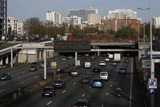 Les immatriculations de voitures neuves ont diminué de 4% au mois d'octobre en données brutes par rapport à octobre 2015. /Photo d'archives/REUTERS/Benoit Tessier
