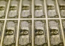 En la imagen se aprecian billetes de un dólar sobre una mesa en le Oficina de Grabado e Impresión en Washington, el 14 de noviembre de 2014. El dólar probablemente se seguirá apreciando hasta el próximo año, a medida que la Reserva Federal permanece en la senda gradual de alzas de tasas de interés, de acuerdo a estrategas  de divisas encuestados por Reuters. REUTERS/Gary Cameron/File Photo
