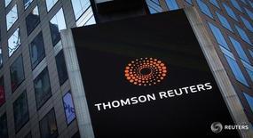 Логотип Thomson Reuters на здании компании в Нью-Йорке 29 октября 2013 года. Thomson Reuters Corp во вторник сообщила, что сократит около 2.000 рабочих мест в подразделениях по всему миру и отразит в балансе списание $200-250 миллионов в четвёртом квартале на структурирование бизнеса. REUTERS/Carlo Allegri/File Photo