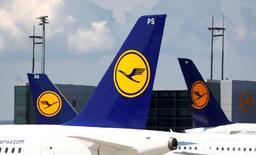Lufthansa a encore revu en baisse mercredi ses projets d'augmentation de capacités pour tenter de freiner la baisse des prix, mais se déclare confiant pour l'année 2017. /Photo prise le 7 juin 2016/REUTERS/Kai Pfaffenbach