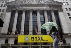 Женщина идет мимо здания Нью-Йоркской фондовой биржи. Акции США открылись снижением в среду, а индекс S&P 500 упал седьмую сессию кряду, поскольку все более непредсказуемый исход борьбы за Белый дом заставил инвесторов устремиться в безопасные активы, такие как золото.    REUTERS/Brendan McDermid