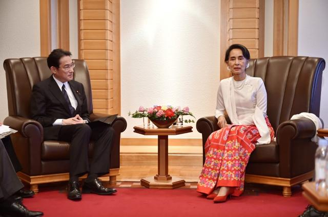 Myanmar State Counselor Aung San Suu Kyi (R) talks with Japan's Foreign Minister Fumio Kishida at a hotel in Tokyo on November 3, 2016.  REUTERS/Kazuhiro Nogi/Pool