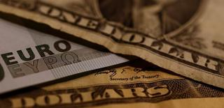 Евро и доллары. Доллар продолжил падение в четверг, поскольку выстраивание позиций инвесторами перед выборами президента США на следующей неделе затмило последний отчёт ФРС, где политики дали понять, что намерены повысить ставки в декабре.  REUTERS/Leonhard Foeger