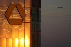 Commerzbank a publié vendredi une perte nette moins lourde que prévu au troisième trimestre, marqué par d'importants coûts de restructuration, dans un contexte de taux d'intérêt bas et de faible demande de prêts des entreprises allemandes. /Photo prise le 29 septembre 2016/REUTERS/ Kai Pfaffenbach