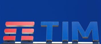 Telecom Italia a publié vendredi un bénéfice brut au troisième trimestre en hausse de 8,5%, meilleur que prévu. Ces bons résultats ne profitent toutefois pas à l'action de l'opérateur télécoms historique qui perd 2,4% à la Bourse de Milan vers 14h45 GMT, sous performant l'indice FTSE MIB, en repli de 0,62%. /Photo prise le 20 mai 2016/REUTERS/Stefano Rellandini