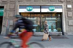 La confianza inversora en la zona euro mejoró más en noviembre, alcanzando su mayor nivel en el año y aliviando la presión para que el Banco Central Europeo introduzca más medidas de estímulo, según un sondeo publicado el lunes. En la imagen, una mujer pasea frente a una sucursal de la Banca Popolare di Milano (BPM) en Milán el 29 de enero de 2016. REUTERS/Alessandro Garofalo