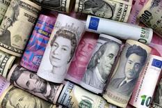 Un Euro, dólar Hong Kong , Dólar estadounidense, yen japonés, una libra y un billete de 100 yuanes están en la imagen  21 de Enero, 2016. Las reservas chinas de moneda extranjera registraron en octubre su mayor caída en nueve meses y se desplomaron a su nivel más bajo desde marzo de 2011, lo que indica una fuerte salida de capitales a pesar de las recientes señales de estabilización en la segunda economía más grande del mundo.   REUTERS/Jason Lee/Illustration/File Photo