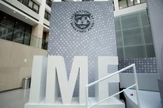 Эмблема МВФ в штаб-квартире в Вашнгтоне. Международный валютный фонд (МВФ) видит риски для выполнения прогноза роста экономики Грузии на 3,4 процента в текущем году и советует Тбилиси сократить дефицит бюджета, сказал в интервью Рейтер представитель МВФ. REUTERS/Yuri Gripas