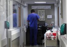 Imagen de archivo de un médico en la unidad de cuidados intensivos del hospital F.J Muñiz en Buenos Aires, oct 15, 2014. Los precios minoristas de Argentina se habrían acelerado en promedio un 2,5 por ciento en octubre, debido principalmente al incremento en las tarifas de servicios públicos, según un sondeo de Reuters publicado el martes.         REUTERS/Enrique Marcarian